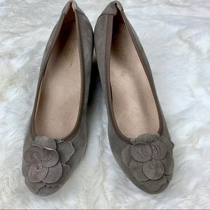 Vionic Taupe Hayes Orthaheel Wedge Pumps, size 10